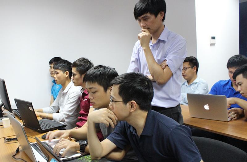 Các lập trình viên lập trình theo cặp trong một phiên Coding Dojo ở CodeGym dưới sự quan sát của Facilitator.