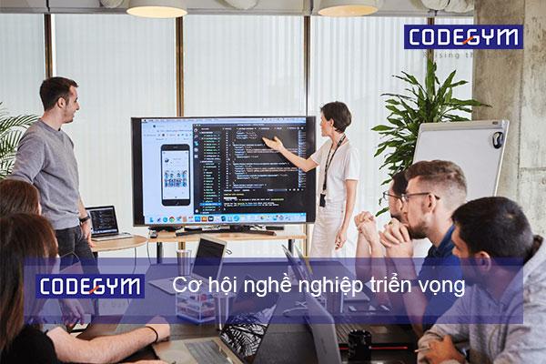 người lớn tuổi theo học tại coding bootcamp