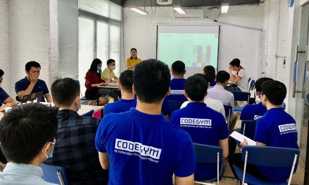 Chị Trần Thị Vân - Giám đốc Đào tạo CodeGym Hà Nội chia sẻ mở đầu sự kiện